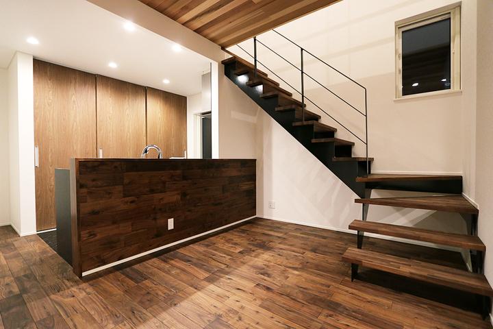 無垢材と鉄骨階段の家