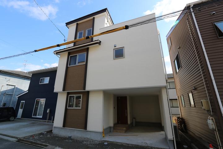 狭小地に建つ3階建て住宅