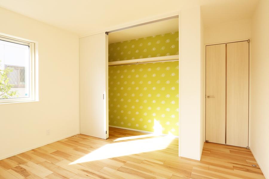 新潟市で新築の木の家の注文住宅のおしゃれ洋室
