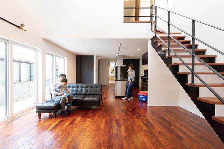 大きな吹き抜けが心地よい高級感あふれるZEH住宅