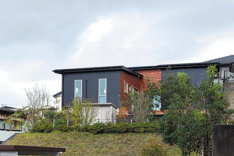 長岡市で新築のウッドデッキがある平屋住宅の外観