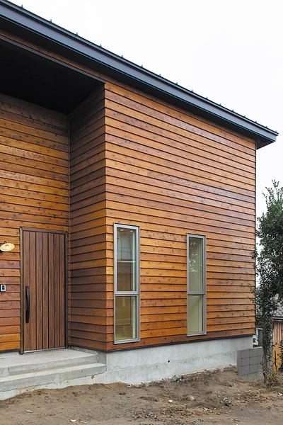 長岡市で新築のウッドデッキがある平屋住宅の玄関ポーチ