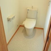トイレの入り口は折れ戸を採用し車椅子も出入りできるようになりました