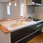 キッチンは対面キッチンに。明るく、孤立感は解決