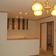 【BEFORE】使い込まれた居間【AFTER】LDKには、既存居間で使用していた照明器具にLED電球をセットしました。