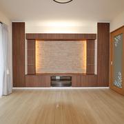 【BEFORE】カーペット敷の和室 【AFTER】造作のTVボードを備え付けた明るいリビング