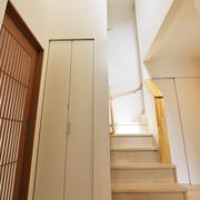 【BEFORE】玄関ホール、階段【AFTER】位置はそのままに、吹き抜けから光が注ぐ明るいホールに