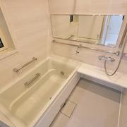 【BEFORE】タイル張りの寒い浴室【AFTER】断熱玄関ドアに交換。収納も大容量に