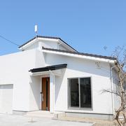 【BEFORE】屋根、外壁は劣化が進んでいる  【AFTER】外装材を一新。真っ白の明るい外観に