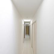 【BEFORE】光が入らない廊下  【AFTER】天窓を三カ所設置することで明るい廊下に