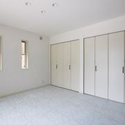 【BEFORE】土壁がところどころはがれた和室 【AFTER】大理石調フロアの主寝室