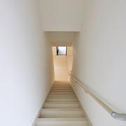 【BEFORE】勾配が急な直線階段 【AFTER】位置は変えずに上り下りのしやすいように掛け替え