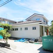 【BEFORE】メンテナンスのされていない古い外装 【AFTER】屋根、外壁を一新し新築のように