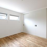 【BEFORE】寿命を迎えた内装の寝室 【AFTER】アカシアの無垢フローリング、大きなクローゼットを配置した寝室