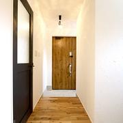 【BEFORE】薄暗い玄関 【AFTER】お施主様がDIYで漆喰を施工した玄関ホール