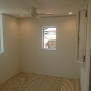 吹き抜けのグレーチングで4.5帖の特別な空間を確保した、東船場1丁目新築建売住宅。