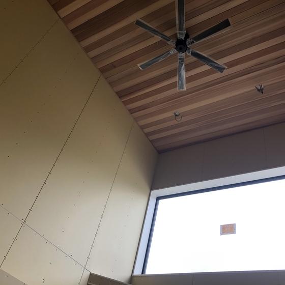 吹抜け天井にレッドシダー張りました